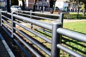 staccionata di protezione parco giochi pubblico